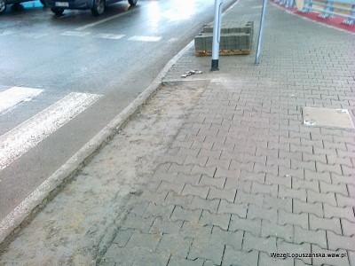 2012.01.02 - Węzeł Łopuszańska - chodnik na dojeździe do ronda na Jerozolimskich od strony Pruszkowa