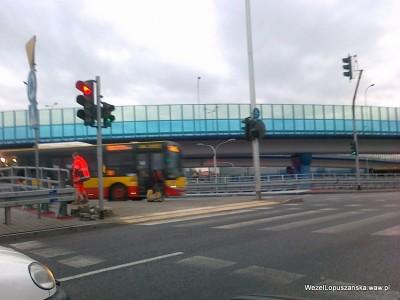 2012.01.02 - Węzeł Łopuszańska - montaż żółtych płyt przy przejściu dla pieszych na rondzie w alejach Jerozolimskich od strony centrum