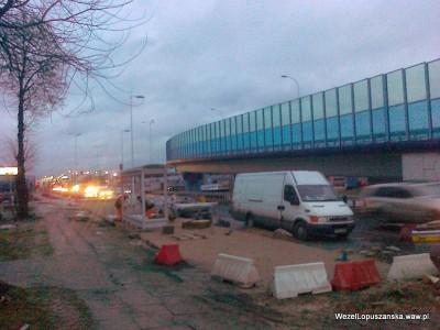 2012.01.05 - Węzeł Łopuszańska - montaż przystanku autobusowego w alejach Jerozolimskich na wyjeździe z ronda w stronę węzła Salomea