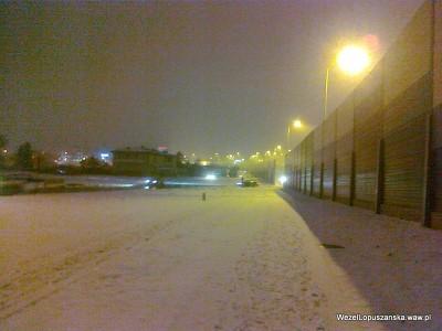 2012.01.18 - Węzeł Łopuszańska - zaśnieżony chodnik wzdłuż Łopuszańskiej w kierunku ronda