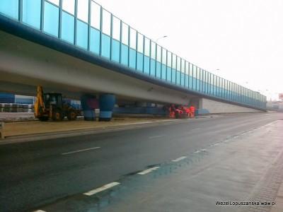 2012.01.23 - Węzeł Łopuszańska - ekipa układająca kostkę brukową pod wiaduktami na ulicy Łopuszańskiej