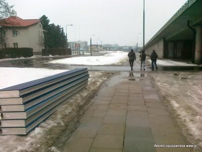 2012.02.22 - Węzeł Łopuszańska Warszawa - panele od ekranów akustycznych przy wiadukcie nad torami WKD