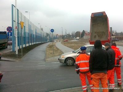 2012.03.14 - Węzeł Łopuszańska Warszawa - wysypywanie podsypki betonowej na rogu Łopuszańskiej i Jutrzenki