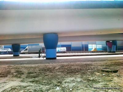2012.04.04 - Węzeł Łopuszańska Warszawa - wysypywanie ziemi z worków pod wiaduktem na Łopuszańskiej