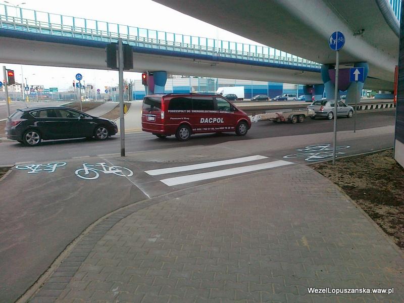 2012.04.12 - Węzeł Łopuszańska Warszawa - oznakowanie poziome na ścieżce rowerowej