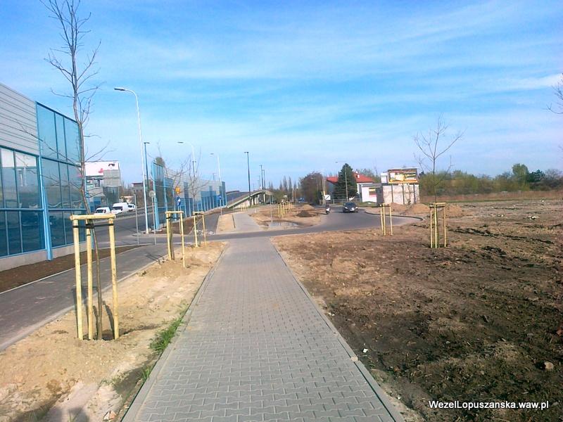 2012.04.26 - Węzeł Łopuszańska Warszawa - chodnik i nowo posadzone drzewa wzdłuż Łopuszańskiej