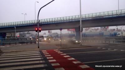 2013.02.28 - Węzeł Łopuszańska Warszawa - postać w tumanach kurzu przy rondzie