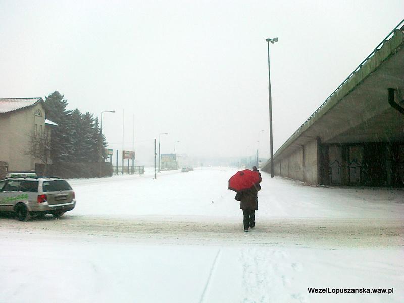 2012.02.15 - Węzeł Łopuszańska Warszawa - zasypany chodnik przy wiadukcie nad torami WKD w stronę węzła Łopuszańska
